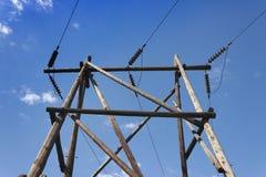 Colonna di legno della linea di trasmissione di elettricità Fotografie Stock Libere da Diritti