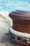 Colonna di ormeggio arrugginita Fotografia Stock Libera da Diritti