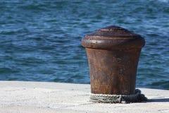 Colonna di ormeggio arrugginita Fotografia Stock