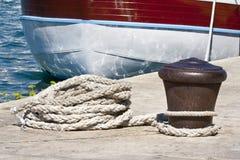 Colonna di ormeggio e barca Fotografia Stock Libera da Diritti