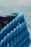 Colonna di ormeggio e corda blu Fotografia Stock Libera da Diritti