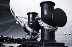 Colonna di ormeggio nera di attracco Fotografia Stock Libera da Diritti