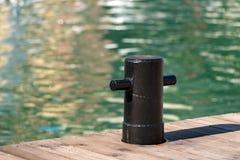 Colonna di ormeggio nera di attracco Fotografia Stock