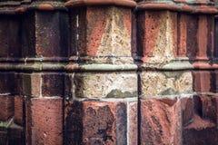 Colonna di pietra antica di vecchia parete della chiesa come primo piano di struttura Priorità bassa della foto Immagini Stock