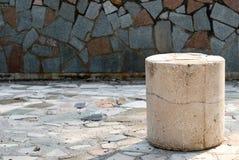 Colonna di pietra concreta sul fondo delle mattonelle Immagine Stock Libera da Diritti