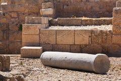 Colonna di pietra falled romana nella fine archeologica t del sito di cesarea fotografie stock