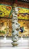 Colonna di pietra tradizionale cinese con progettazione ed il modello classici della scultura del drago nello stile orientale in  immagine stock libera da diritti