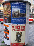 Colonna di pubblicità con il museo dell'insegna di comunismo in Città Vecchia fotografia stock libera da diritti
