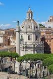 Colonna di Traiano e del Chiesa Cattolica ss Nome di Maria Belle vecchie finestre a Roma (Italia) Immagine Stock Libera da Diritti