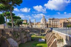 Colonna di Traiano och fördärvar av Foroen di Traiano i Rome Arkivfoto