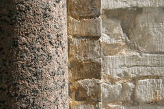 Colonna e parete di pietra fotografia stock