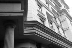 Colonna e parete di pietra di edificio residenziale immagini stock
