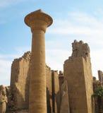 Colonna e rovine del tempio di Karnak a Luxor nell'Egitto Fotografia Stock