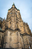 Colonna laterale della cattedrale gotica di Vysehrad a Praga che caratterizza le belle finestre e parete di pietra e colonne Immagine Stock Libera da Diritti