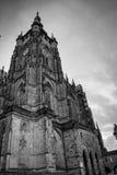 Colonna laterale della cattedrale gotica di Vysehrad a Praga che caratterizza le belle finestre e parete di pietra e colonne Fotografie Stock