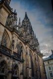 Colonna laterale della cattedrale gotica di Vysehrad a Praga che caratterizza le belle finestre e parete di pietra e colonne Fotografia Stock Libera da Diritti