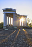 Colonnada op stadskade bij vroege ochtend Stock Foto's