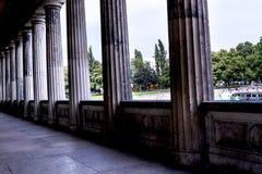 Colonnade in Alte het oude National Gallerymuseum op Museumeiland in Berlin Germany Stock Afbeeldingen
