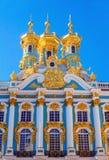 Colonnade, beeldhouwwerken en koepels van de Kerk van de Verrijzenis van Christus Stock Afbeeldingen