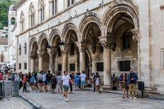 Colonnade bij Sponza-Paleis in de Oude Stad van Dubrovnik ` s, Kroatië Stock Afbeeldingen