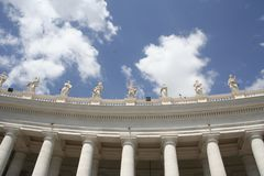 Colonnade bij St Peter ` s Vierkant in Rome stock foto