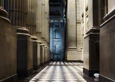 Colonnade corinthienne la nuit photographie stock libre de droits