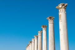Colonnade dans les ruines antiques de la ville de salamis cyprus photos stock