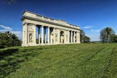 Colonnade de Rajstna au milieu du champ d'herbe photo stock