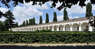 Colonnade in de Tuin van de Bloem Stock Foto's