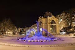 Colonnade en het Zingen fontain in de winter - Marianske Lazne - Tsjechische Republiek royalty-vrije stock fotografie
