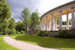 Colonnade en Kapel in park in Moskou stock afbeelding