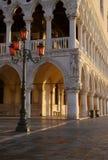 Colonnade en Lamp, Venetië, Italië Stock Afbeelding