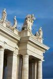 Colonnade in het vierkant van heilige peter Stock Afbeeldingen