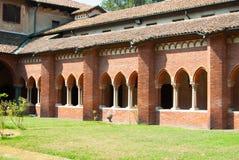 Colonnade met bogen van de binnenplaats binnen het Chiaravalle-klooster stock afbeelding