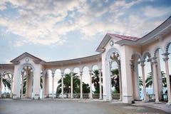 Colonnade op het strand stock afbeelding