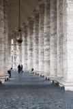 Colonnade sur Piazza San Pietro à Ville du Vatican Image stock
