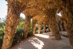 Colonnaded тропа под виадуком проезжей части, парк Guell стоковые изображения rf