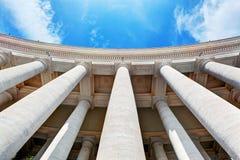 Colonnades de la basilique de St Peter, colonnes à Ville du Vatican image libre de droits
