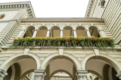 Colonnades sur le Bundeshaus images libres de droits