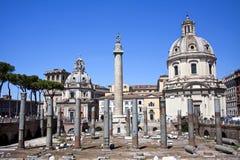 Colonnaen di Traiano och den Santissimo Nome dien Maria al Foro Royaltyfri Fotografi