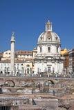 Colonnaen di Traiano och den Santissimo Nome dien Maria al Foro Traiano Arkivbilder