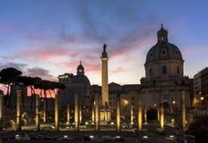 Colonnaen Traiana (Trajans kolonn) i Rome på solnedgången Royaltyfri Fotografi