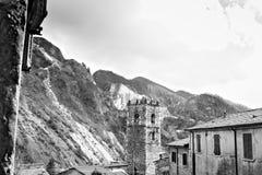 Colonnata, Carrara, Toscana, Italia Campanile della chiesa costruita con i ciottoli di marmo bianchi fotografia stock libera da diritti