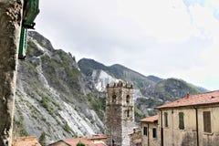 Colonnata, Carrara, Toscana, Italia Campanile della chiesa costruita con i ciottoli di marmo bianchi immagini stock