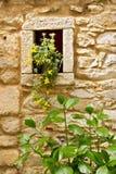 Colonnata, Carrare, Toscane Détail des fenêtres et des murs faits de marbre blanc extrait à partir des carrières voisines image libre de droits