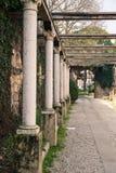 Colonnato che conduce alla tomba di Juliet fotografia stock libera da diritti