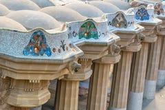 Colonnato del mosaico al parco Guell a Barcellona immagine stock
