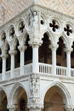 Colonnato del palazzo ducale con i bassorilievi Fotografia Stock Libera da Diritti
