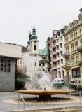 Colonnato della sorgente di acqua calda e del geyser a Karlovy Vary bohemia immagini stock libere da diritti