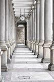 Colonnato delle colonne alte con l'orologio dal soffitto Immagini Stock